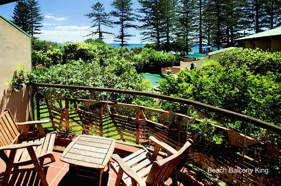 Beach hotel resort byron bay located opposite main beach for Balcony bar byron