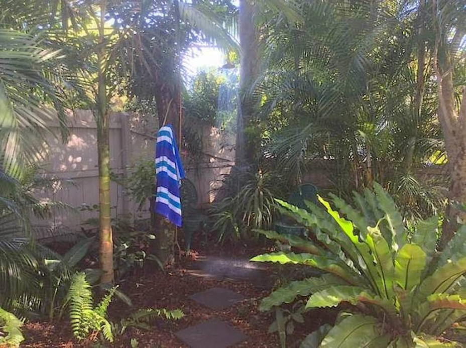 outdoor shower byron bay